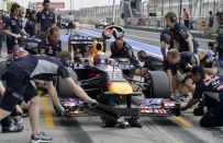 GP Germania F1 2013, cameraman colpito dalla ruota di Webber durante il pit stop [VIDEO]
