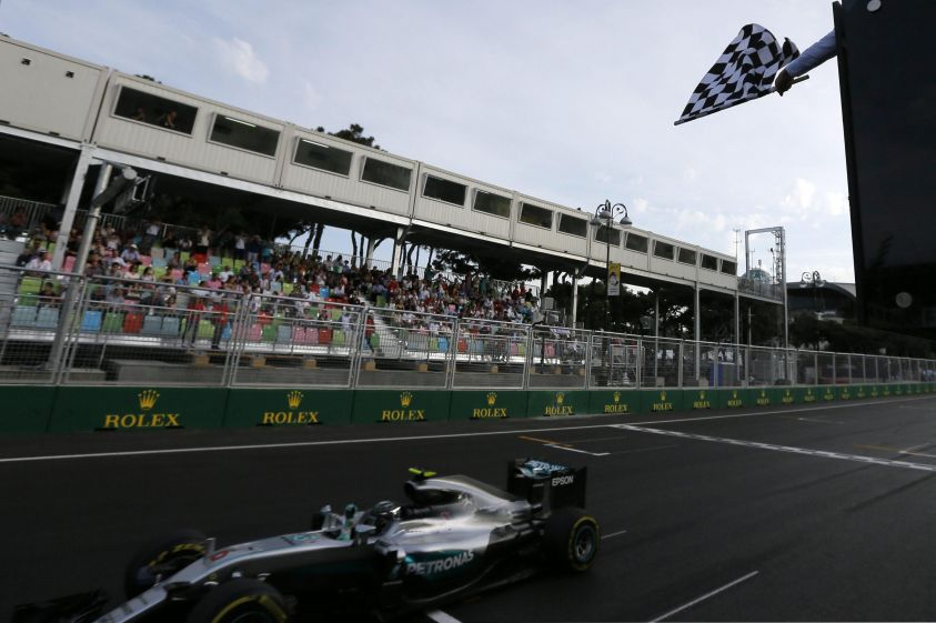 F1, Hamilton in pole e Ferrari in seconda fila