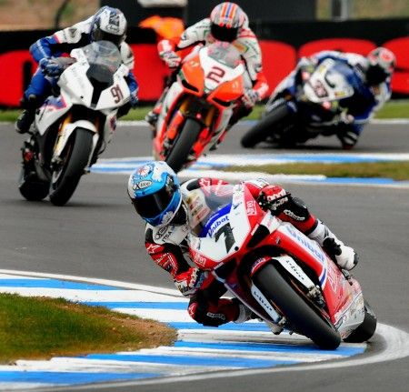 Superbike Silverstone 2011: doppietta di Checa, Melandri a podio, Biaggi black-out